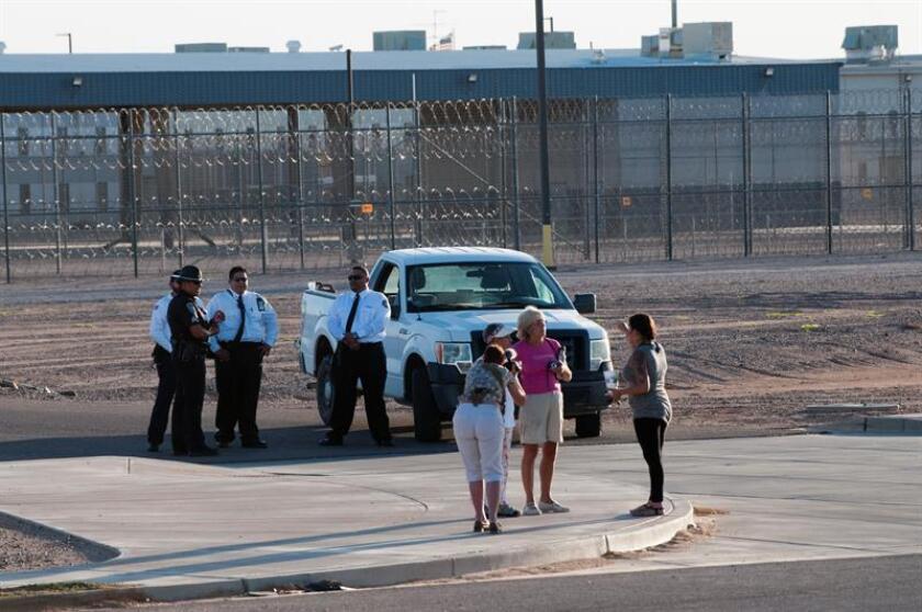 """Como """"un verdadero infierno"""" y una """"jaula en medio del desierto"""" definen los inmigrantes indocumentados y las organizaciones que velan por ellos el Centro de Detenciones de Eloy, en Arizona, donde desde 2003 han muerto 16 internos, cinco de ellos por su propia mano. EFE/Archivo"""