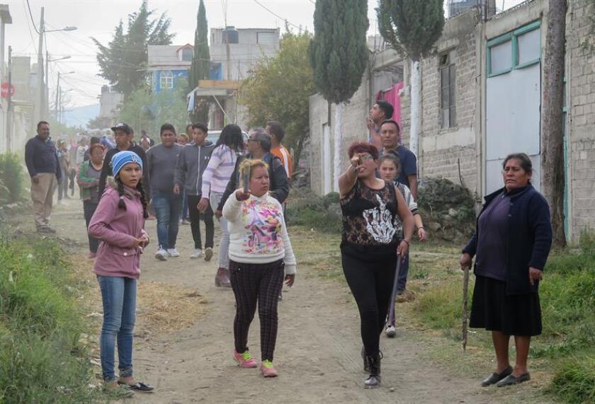 Familiares y vecinos buscan al presunto asesino de una menor en el municipio de Chalco, Estado de México (México). Habitantes de Chalco se lanzaron hoy en una intensa cacería para buscar, sin éxito, al presunto asesino de una niña de 9 años que fue sepultada este día en ese poblado. EFE