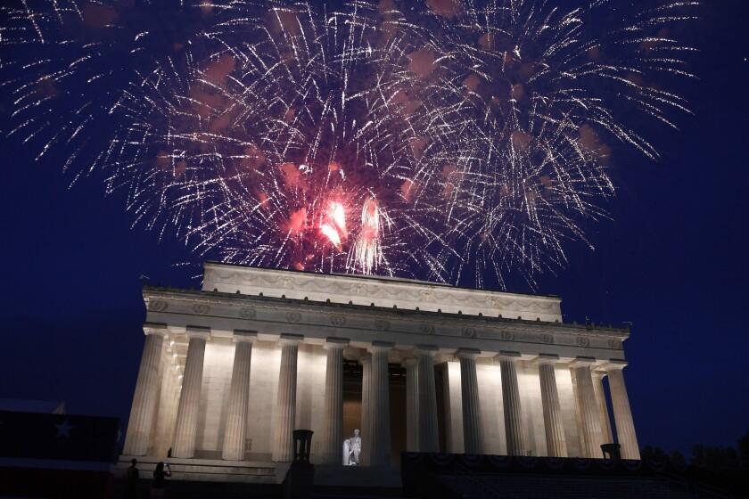 ARCHIVO - En imagen de archivo del 4 de julio de 2019, un espectáculo de fuegos artificiales puede observarse sobre el Monumento a Lincoln, en Washington. (AP Foto/Susan Walsh, archivo)
