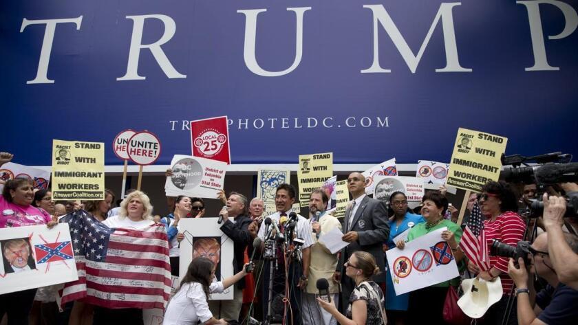 Un grupo de inmigrantes protesta afuera de uno de los hoteles del magnate por sus posturas en inmgigración.