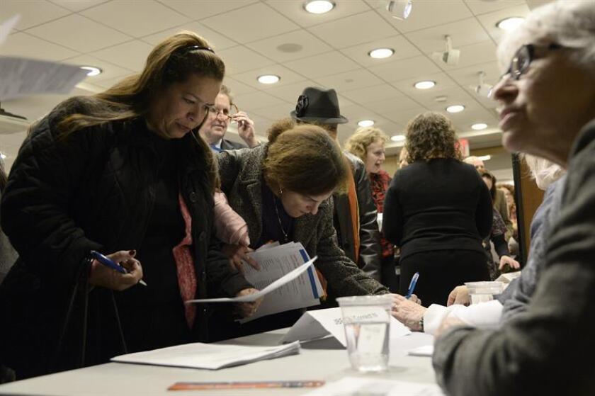 Potenciales buscadores de empleo hablan con empleadores en una feria de búsqueda de trabajo en Nueva York (EEUU). EFE/Archivo