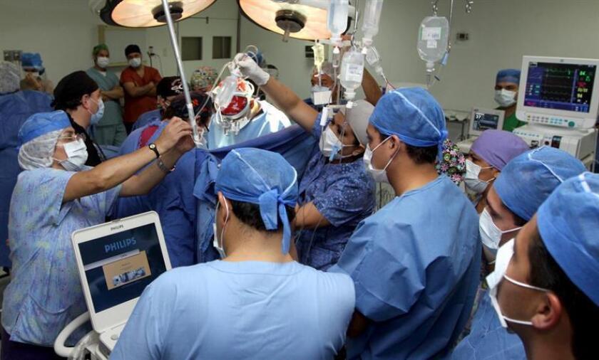 Especialistas del Centro Médico Nacional La Raza realizaron siete trasplantes renales simultáneos a cuatro pacientes en un lapso de 72 horas, informó hoy el estatal Instituto Mexicano del Seguro Social (IMSS). EFE/STR/Archivo