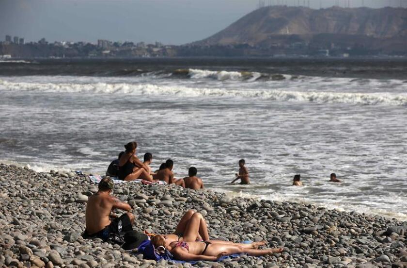 Turistas toman el sol este en las playas de la Costa Verde de Lima (Perú). EFE/Archivo