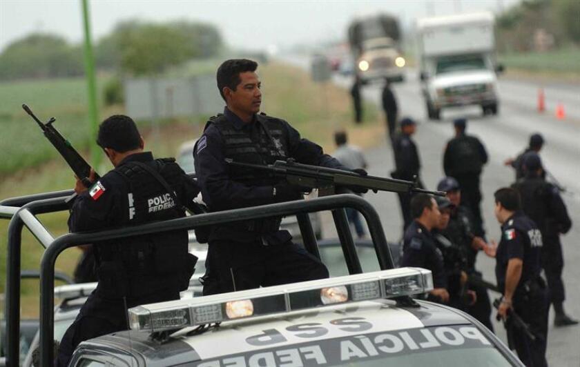 La Comisión Nacional de los Derechos Humanos (CNDH) de México y organizaciones de periodistas exigieron hoy protección a periodistas luego de que apareciera una cabeza humana frente a un periódico en Ciudad Victoria, capital del nororiental estado de Tamaulipas. EFE/Archivo
