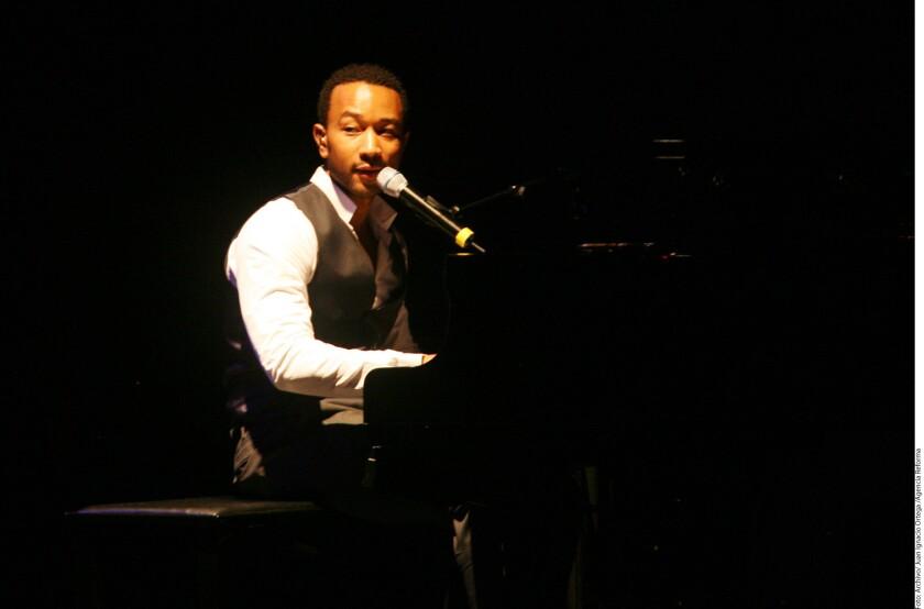 """John Legend, estrella de la música estadounidense que participó recientemente en la aclamada cinta """"La La Land"""", formará parte de un tributo a los artistas fallecidos en el Grammy de este domingo."""
