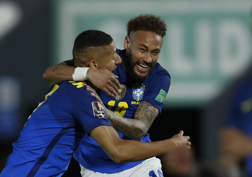 Neymar (derecha) festeja con Richarlison, su compañero de la selección de Brasil
