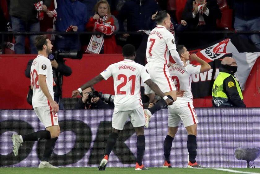 El delantero francés Wissam Ben Yedder (d), del Sevilla, celebra con sus compañeros el primer gol ante el Krasnodar en el partido de la 6? jornada de la fase de grupos de la Liga Europa que los dos equipos juegan esta noche en el estadio Sánchez Pizjuán de Sevilla. EFE