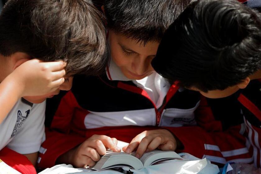 Tres niños leen un libro durante el primer día de actividades de la Feria Internacional del Libro Infantil y Juvenil (Filij) hoy, viernes 10 de noviembre de 2017, en Ciudad de México (México). EFE