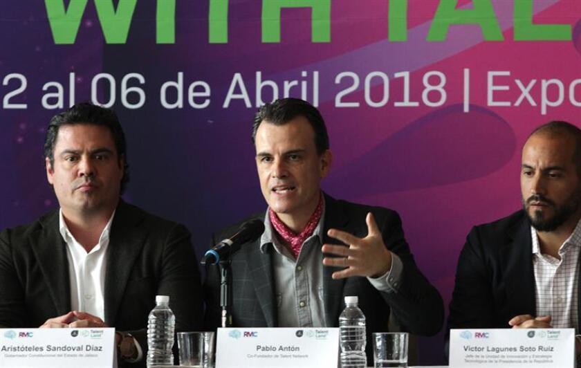 El gobernador del estado de Jalisco, Aristoteles Sandoval (i), el co-fundador de Telent Network, Pablo Antón (c), y el jefe de la unidad de innovación y estrategia tecnológica de la Presidencia de la República, Víctor Lagunés Soto, participan hoy, miércoles 21 de febrero de 2018, durante la conferencia de prensa de Jalisco Talent Land, en el hotel San Regis de la Ciudad de México (México). EFE