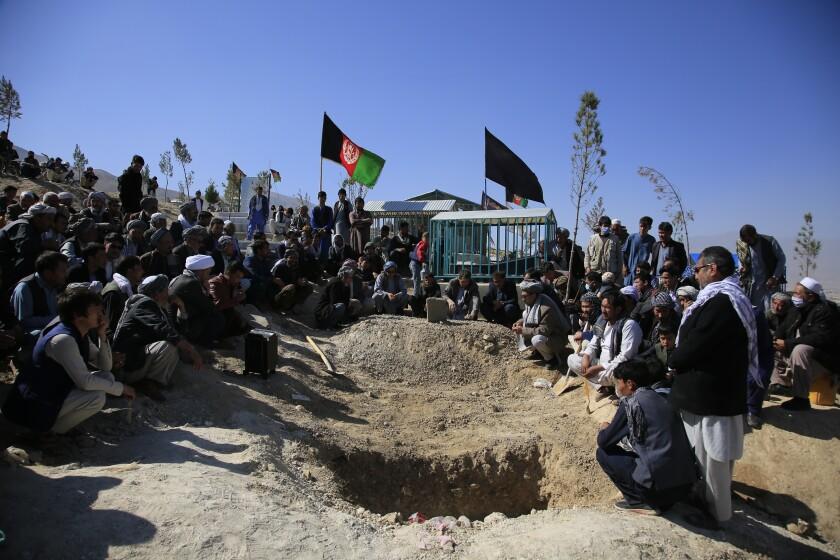 ARCHIVO - En esta imagen de archivo del 25 de octubre de 2020, hombres afganos entierran a una víctima de un ataque suicida contra un centro educativo, en Kabul, Afganistán. El número de civiles muertos y heridos en la devastada Afganistán cayó un 15% el año pasado en comparación con 2019. Aun así, Afganistán sigue estando entre los lugares más mortales del mundo para los civiles. (AP Foto/Mariam Zuhaib, Archivo)