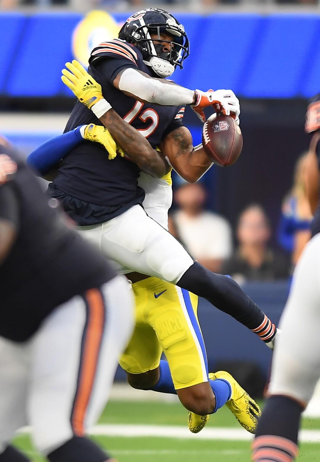 Le demi défensif des Rams de Los Angeles Jalen Ramsey empêche le receveur des Bears de Chicago Allen Robinson d'attraper le ballon