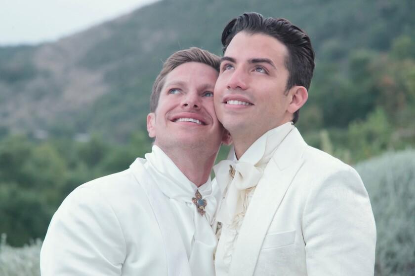 Georgel (der.) al lado de su esposo Guillermo Rosas, manager de Gloria Trevi, quien aparece a su lado en el video del tema musical.
