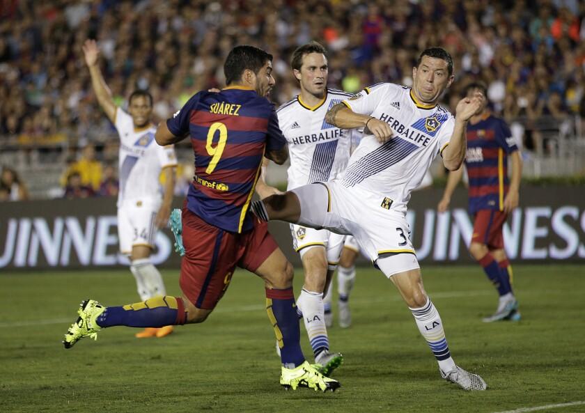 Luis Suarez abre el marcador para Barcelona.