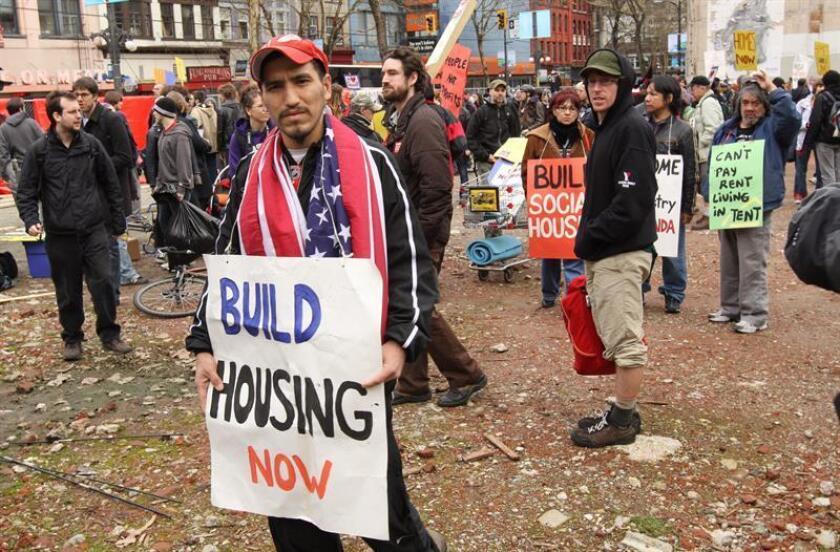 Un grupo de personas protesta en Vancouver (Canadá) contra la pobreza y el desempleo. EFE/Archivo