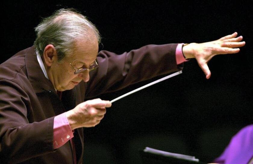 Fotografía de archivo del 2 de febrero de 2002, del compositor y director de orquesta André Previn durante un ensayo general con la Orquesta Filarmónica de Londres, en Valencia (España). EFE/Archivo