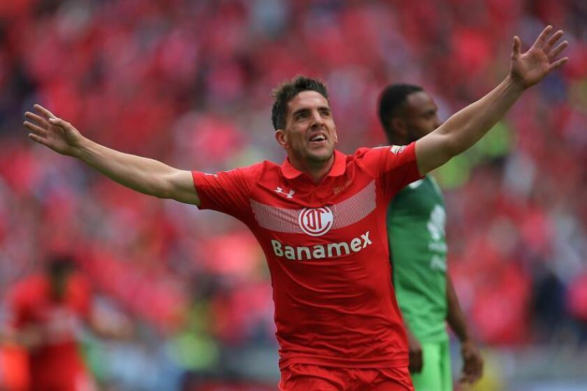 El jugador Gabriel Hauche de Toluca festeja una anotación ante América hoy domingo 15 de enero de 2017, durante el juego por la jornada 2 del torneo mexicano de fútbol en Toluca (México). EFE