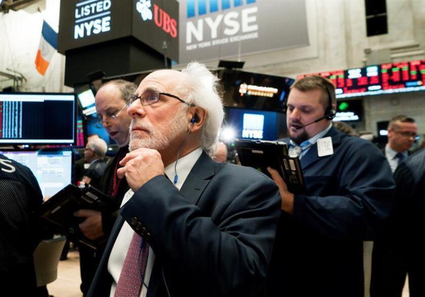 Agentes de bolsa trabajan en el piso de la Bolsa de Nueva York, en Nueva York (Estados Unidos). EFE/Archivo