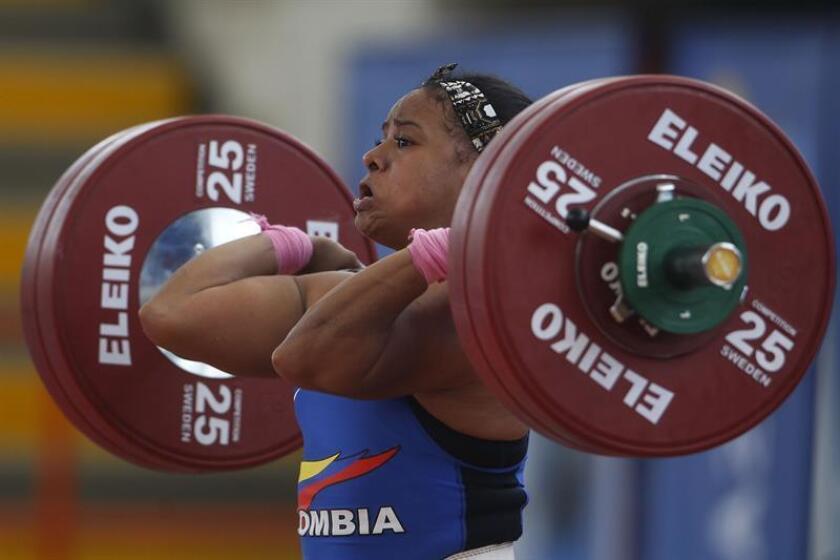 La pesista colombiana Mercedes Pérez compite en la prueba de levantamiento de pesas en envión 69kg en los XXIII Juegos Centroamericanos y del Caribe en Barranquilla (Colombia). EFE