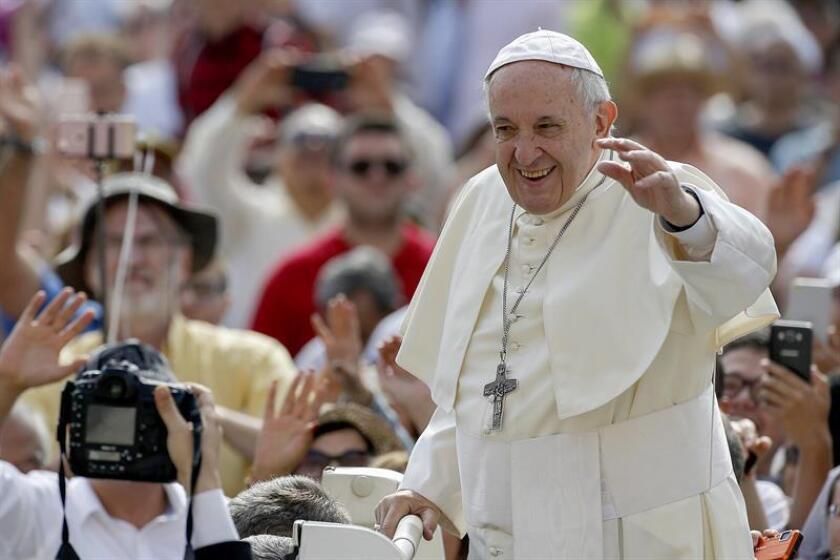 El papa Francisco llega a su audiencia general de los miércoles en la Plaza de San Pedro del Vaticano, en el Vaticano. EFE/Archivo