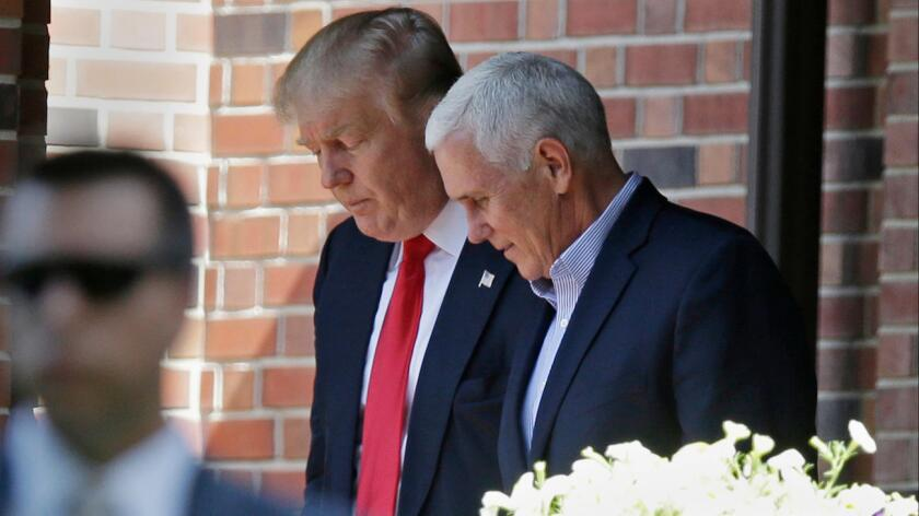 En 2005, Pence se sumó a los esfuerzos por aprobar una gran ley de inmigración que fue de las primeras en proponer cercas a lo largo de cientos de millas junto a la frontera mexicana.