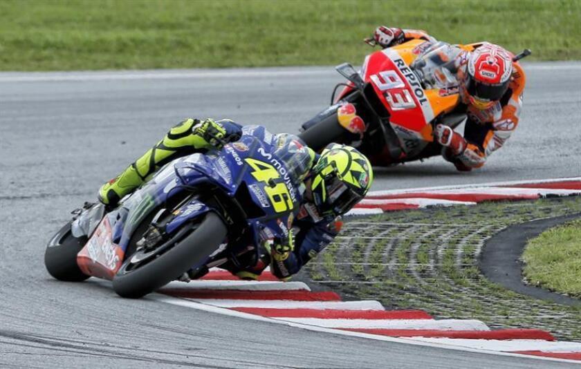 Los pilotos Valentino Rossi (i) y Marc Márquez (d). EFE/Archivo