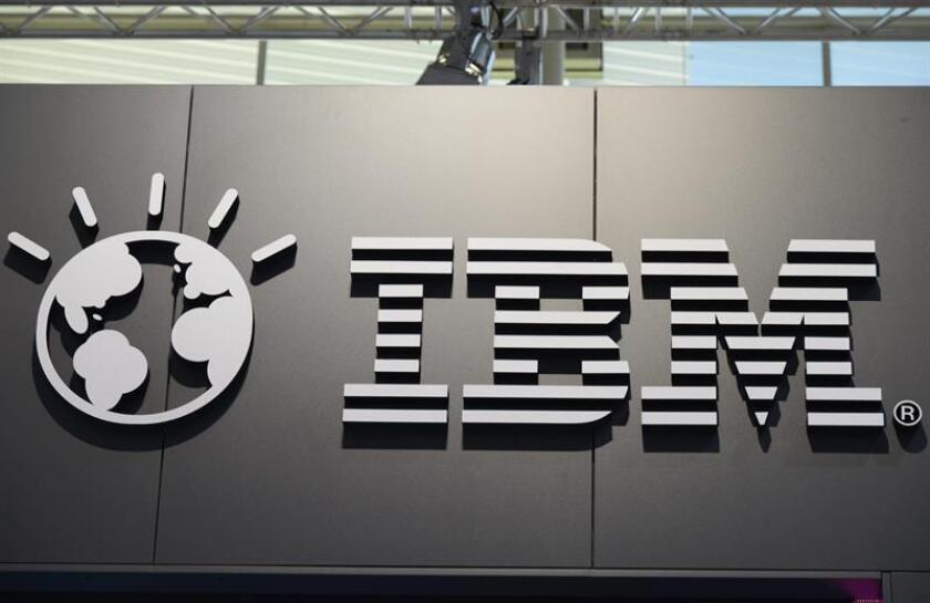 Una fotografía de archivo de un logotipo del grupo informático estadounidense IBM. EFE/Archivo