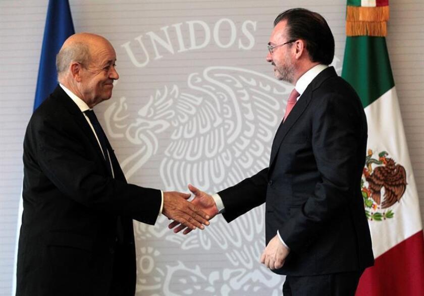 El canciller mexicano, Luis Videgaray (d), estrecha manos con su homólogo francés, Jean-Yves Le Drian (i), al final de una rueda de prensa conjunta en la Secretaria de Relaciones Exteriores (SRE) de México hoy, jueves 25 de octubre de 2018, en Ciudad de México (México). EFE