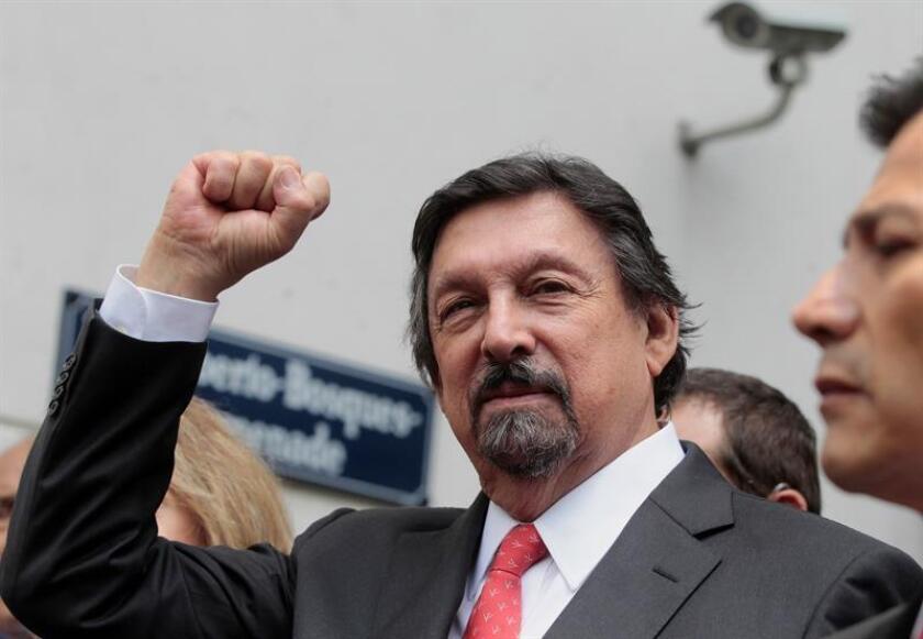 Fotografía de archivo fechada el 29 de agosto de 2018 del dirigente sindical minero Napoleón Gómez Urrutia a las afueras del Senado de la República, en Ciudad de México (México). EFE/Archivo