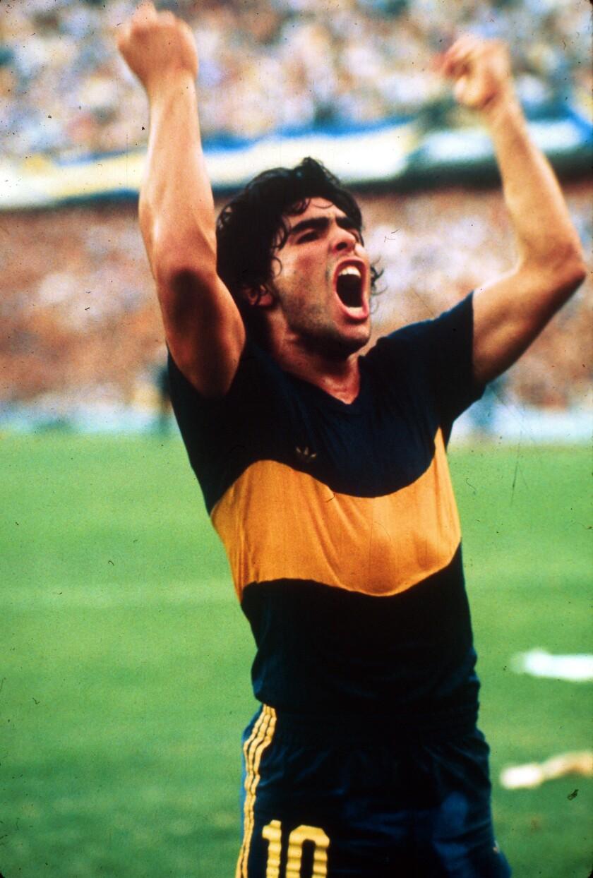 Diego Maradona ăn mừng bàn thắng khi còn chơi cho Boca Juniors vào năm 1981.