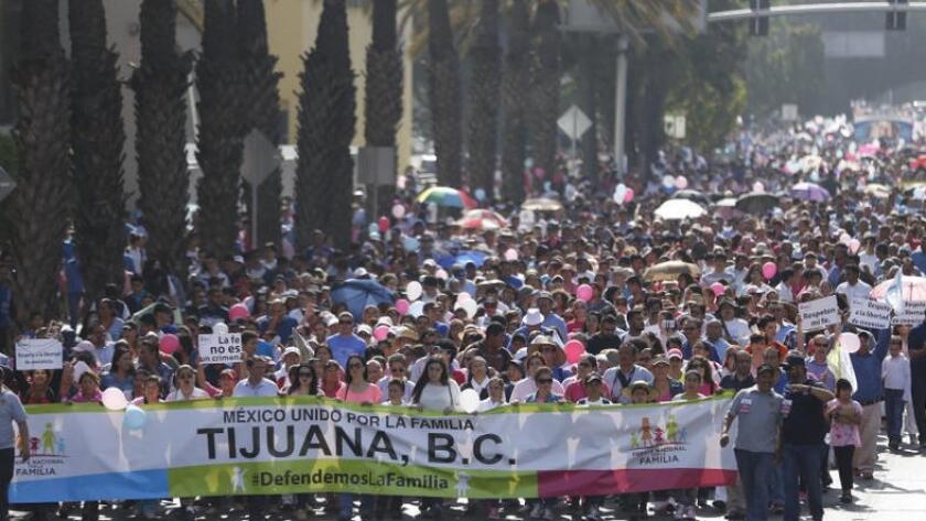 Miles de personas marcharon en Tijuana contra las uniones matrimoniales de personas del mismo sexo (San Diego Union-Tribune).