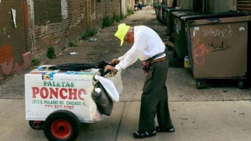 Fidencio Sánchez sale todos los días desde temprano a sonar las campanillas de su carrito y vender paletas, como lo ha hecho durante más de 20 años.