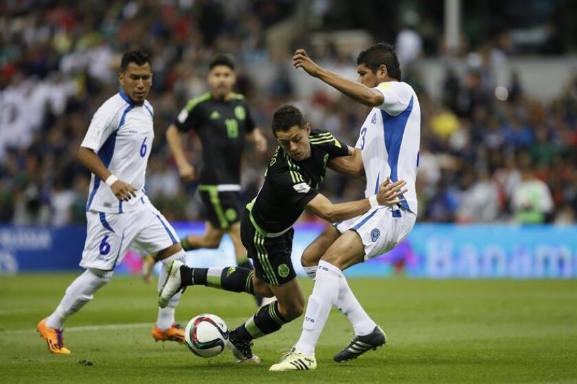 El jugador de México Javier Hernández (c) disputa el balón con Roberto Domínguez (d) El Salvador el 13 de noviembre de 2015, durante un partido de la eliminatoria del Mundial de Rusia 2018 de la Concacaf realizado en el Estadio Azteca, en Ciudad de México (México). EFE/Archivo