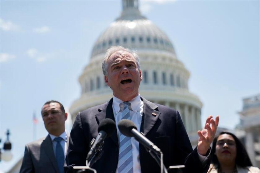 El senador demócrata de Virginia Tim Kaine (c) habla durante una conferencia de prensa demócrata. EFE/Archivo
