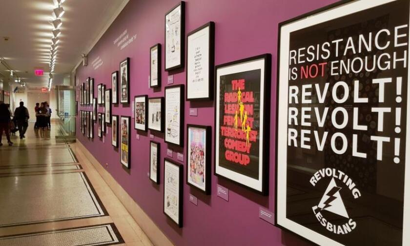 """Vista de una serie de cuadros que forman parte de la muestra """"Stonewall 50"""", este jueves, en el museo Historical Society de Nueva York (Estados Unidos) lanzada por el 50 aniversario de las protestas del bar Stonewall, que espolearon el activismo gay. EFE"""