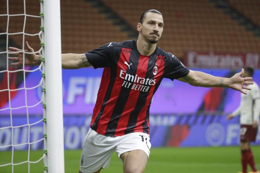 Zlatan Ibrahimovic celebra tras anotar un gol para el Milan