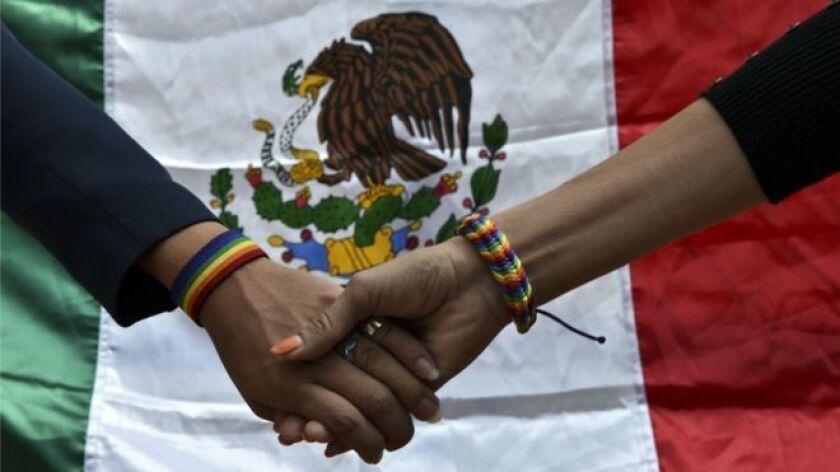 El origen es un baile de 42 hombres realizado la noche del 17 de noviembre de 1901 en el centro de Ciudad de México.