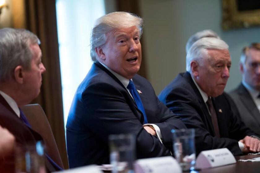 """El presidente de EE.UU., Donald Trump (c), participa en una reunión con unos 25 congresistas y senadores de ambos partidos en la Casa Blanca de Washington, EE.UU., el 9 de enero del 2018. Trump aseguró que el Congreso recibirá en los próximos días un """"proyecto de ley lleno de amor"""" para reemplazar el programa DACA y reforzar la frontera con México, y dijo que una vez que se solucione ese tema podría aprobarse una reforma migratoria más amplia. EFE"""