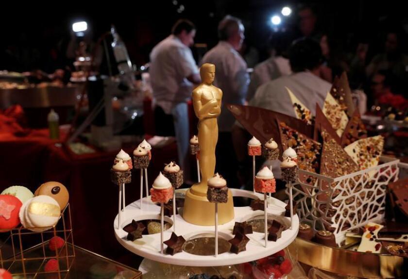 Figuras de chocolate de la estatuilla de los premios Oscar y algunos postres son exhibidos durante el pase de prensa del 89 Oscars Governors Ball hoy, jueves 16 de febrero de 2017, en Hollywood, CA (EE.UU.). El baile se celebra después de los premios de la academia que se llevarán a cabo el próximo 26 de febrero. EFE