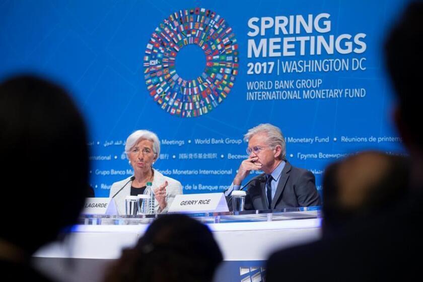 La directora gerente del Fondo Monetario Internacional (FMI), Christine Lagarde (i), y el portavoz del FMI, Gerry Rice (d), durante una rueda de prensa en el marco de la asamblea de primavera del FMI y el Banco Mundial (BM), en Washington. EFE/Archivo