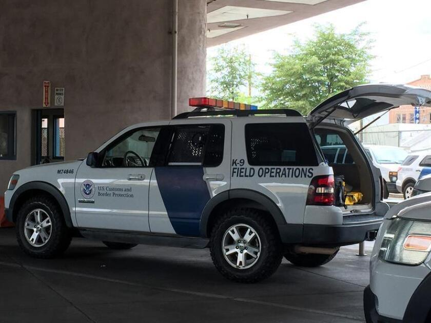 La Patrulla Fronteriza (CBP, por sus siglas en inglés) dio apoyo hoy a cómo actuaron sus agentes de Otay Mesa, en San Diego, California, frente a un grupo de manifestantes que impidió que dicho cuerpo armado arrestara a una activista pro inmigración grabando las imágenes de la escena. EFE/Archivo