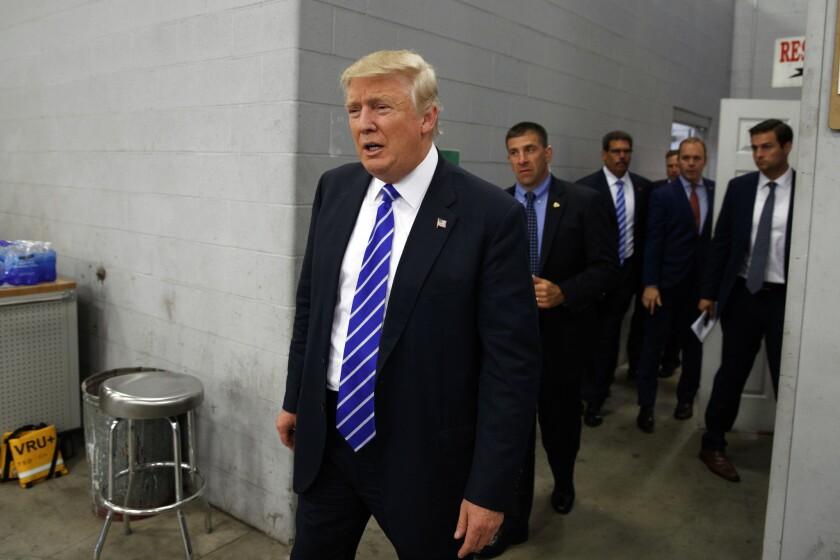 El candidato presidencial republicano Donald Trump llega a una reunión de discusión sobre minería del carbón en Fitzgerald Peterbilt, Wednesday, el miércoles 10 de agosto de 2016, en Glade Spring, Virginia. (AP Foto/Evan Vucci)