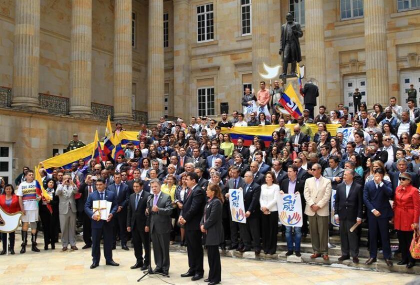 El Presidente de Colombia, Juan Manuel Santos (c), habla durante la entrega al Congreso colombiano el texto definitivo del acuerdo de paz con la guerrilla de las FARC, como paso previo para la convocatoria del plebiscito del 2 de octubre, en el que los ciudadanos decidirán si lo aprueban o no.