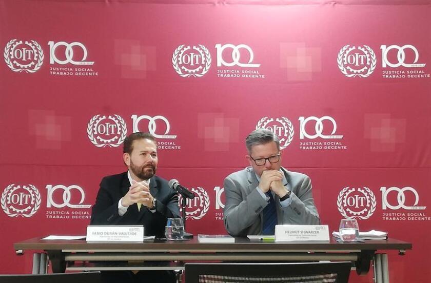 """Fabio Durán, de la Organización Internacional del Trabajo (OIT) de Naciones Unidas y coautor del estudio """"La reversión de la privatización de las pensiones"""" (i) y Helmut Schwarzer, Especialista en Protección Social de la OIT (d) , durante una conferencia de prensa hoy lunes, en Ciudad de México). EFE"""