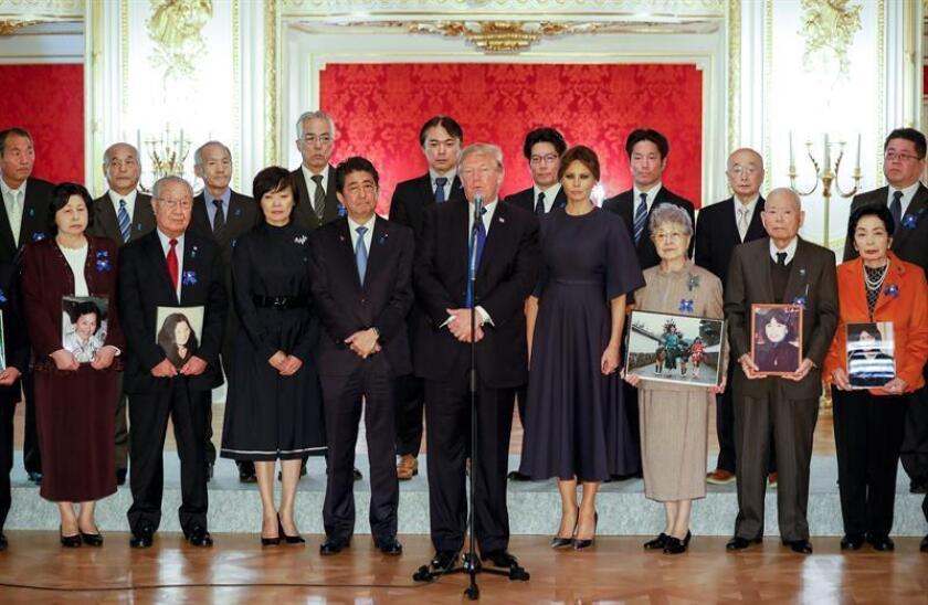 EPA2911. TOKIO (JAPÓN), 06/11/2017.- El presidente de los Estados Unidos, Donald Trump (5d), el primer ministro nipón, Shinzo Abe (4i), y la primera dama de EEUU, Melania Trump (4d), se reúnen con familiares de secuestrados por Corea del Norte en Tokio (Japón) hoy, 06 de noviembre de 2017. Corea del Norte secuestró al menos 17 ciudadanos nipones hace décadas y los forzó a trabajar para el régimen, según Japón, que ha situado este asunto en la agenda de la visita del presidente de EE.UU., Donald Trump, para intentar avanzar en su resolución. EFE/ Kimimasa Mayama Pool