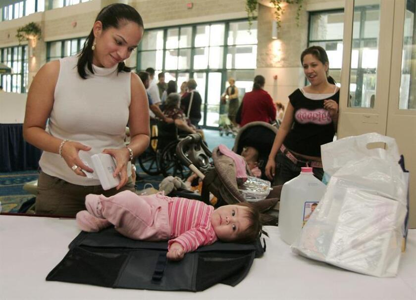 """La Comisión cameral de Desarrollo Económico, Planificación y Energía de la Cámara de Representantes de Puerto Ricobn realizó una inspección ocular en las instalaciones del Coliseo de Puerto Rico, José Miguel Agrelot, como parte de una iniciativa para que en los baños asistidos o """"familiares"""" haya cambiadores para bebés. EFE/ARCHIVO"""