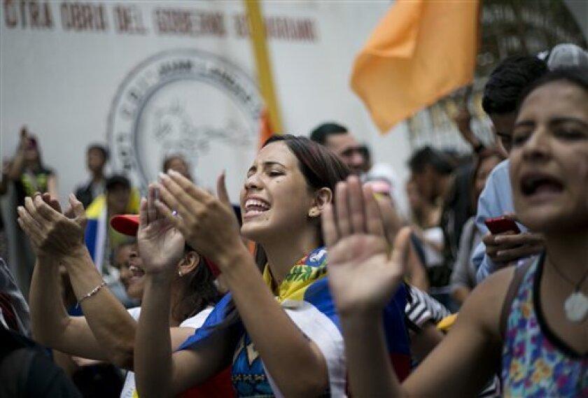 """El presidente venezolano Nicolás Maduro catalogó el domingo de """"perversas"""" las versiones que corren sobre supuestas negociaciones secretas de él con sus opositores, pese a que dice seguir interesado en que se dé un diálogo que detenga el """"odio"""" y la """"intolerancia"""" en este país sudamericano amargamente dividido por la política."""