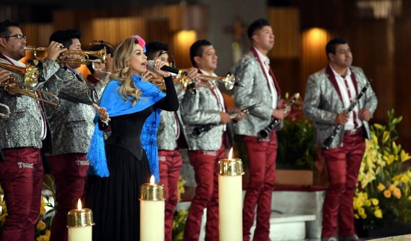 Aracely Arámbula le cantó a la Virgen.