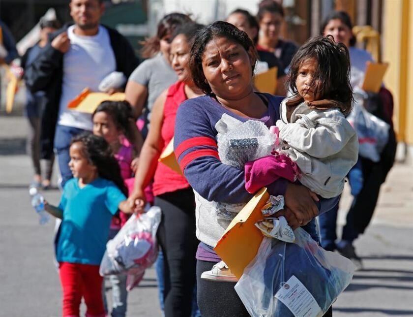 Familias de migrantes caminan reaccionan tras ser procesadas en la Estación Central de Autobuses de McAllen, Texas (EE.UU.), el miércoles 27 de junio de 2018. EFE/Archivo