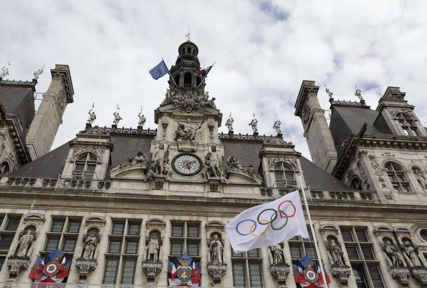 La bandera olímpica ondea afuera del Ayuntamiento de París, el lunes 9 de agosto de 2021