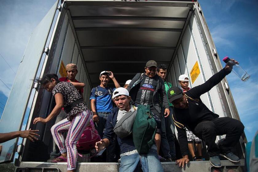 """Los vicecancilleres encargados de temas migratorios de El Salvador, Guatemala, Honduras y México coincidieron hoy en que el flujo de migrantes que se registra desde mediados de octubre es """"inédito y atípico"""", informó la cancillería mexicana. Migrantes centroamericanos que se dirigen a Estados Unidos llegan al municipio de Juchitán, en el estado de Oaxaca (México) hoy, martes 30 de octubre de 2018. EFE"""